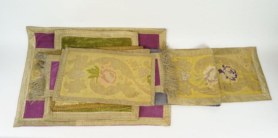 Ensemble textiles de parement d'autel composé de sept pans de tissus brodés de fleurs aux fils d'or et fils métalliques sur soie et velours. XIXe siècle. État d'usage.