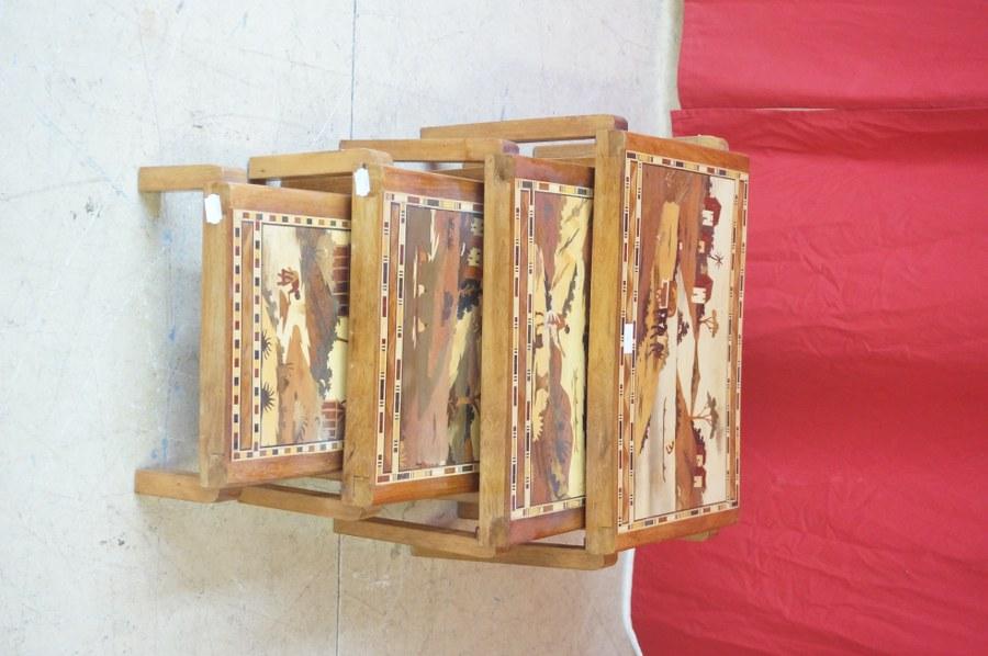 Quatre tables gigognes à plateau marqueté de paysage. Seconde moitié du XXe siècle.