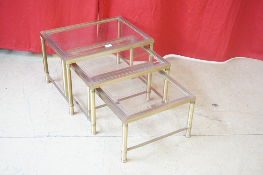 Trois tables gigognes en laiton et verre biseauté. Années 1960-1970.
