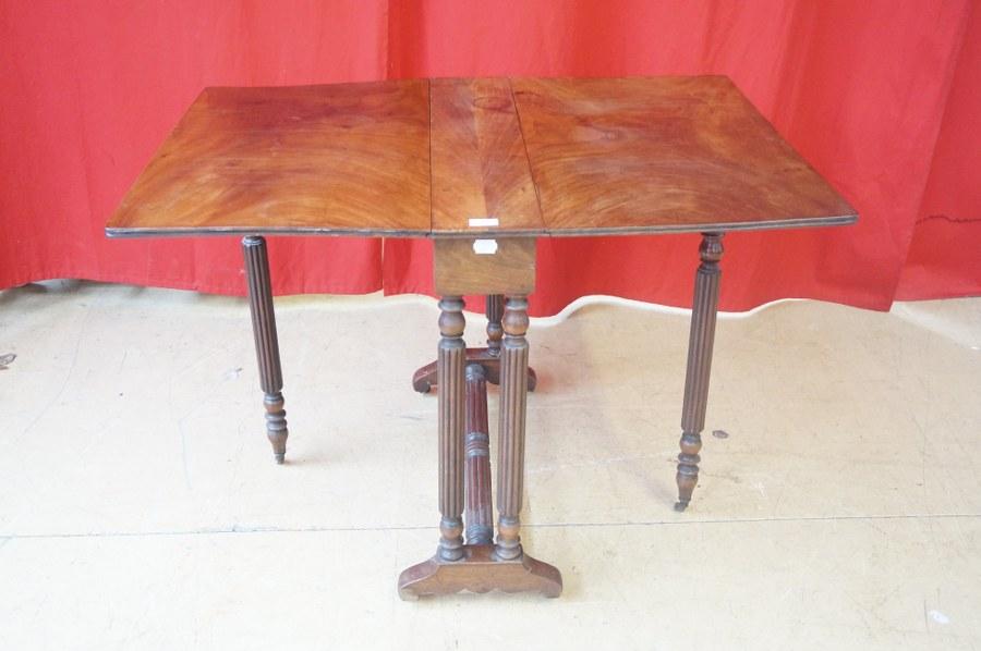 Table-basse à abattants en acajou, piétement cannelé mouluré. Fin du XIXe - Début du XXe siècle. Taches.