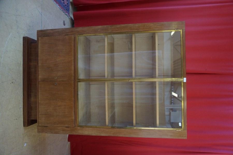 Une bibliothèque de même modèle vitrée en partie supérieure, ouvrant en partie inférieure sur deux vantaux. 170 x 110 x 45 cm.