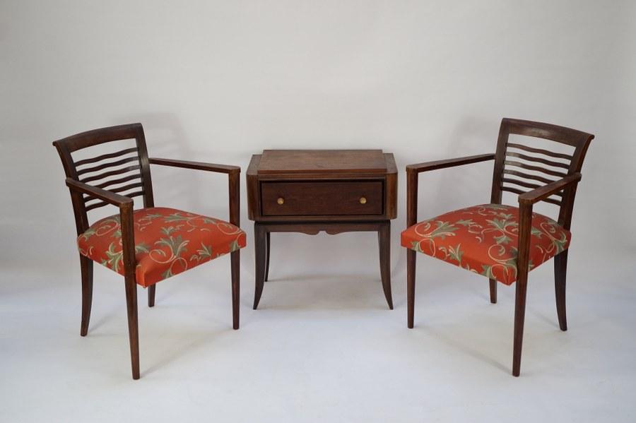 Lot de mobilier Art déco composé d'une paire de fauteuils et d'une table de chevet. Bois vernis et garniture des fauteuils d'origine. Années 1930.
