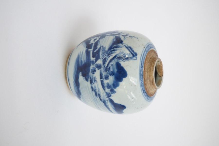 Vase boule à décor de paysage chinois. H. : 13cm.