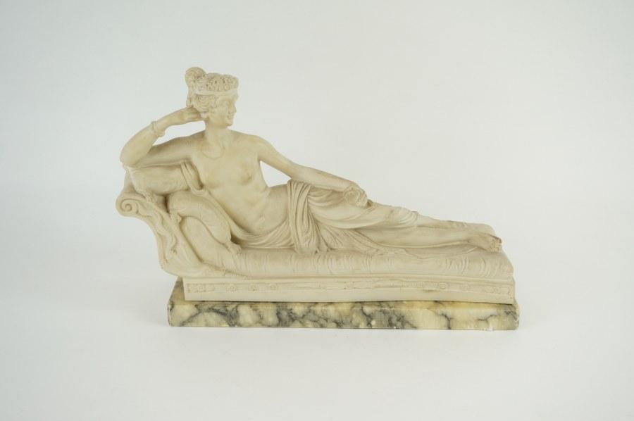 Jeune femme allongée de style Romantique en marbre vert et résine marquée T.L. au dos. 33 x 22 cm.