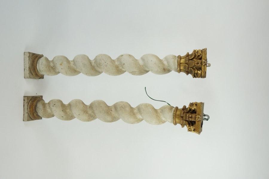 Paire de colonnes salomoniques en bois sculpté polychromé. XVIIIe siècle. H. : 54 cm. Sauts de peinture.