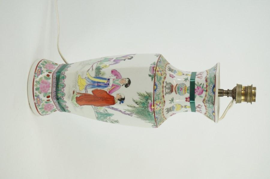 Vase en porcelaine imitation de Chine. Moderne. H. : 37 cm.