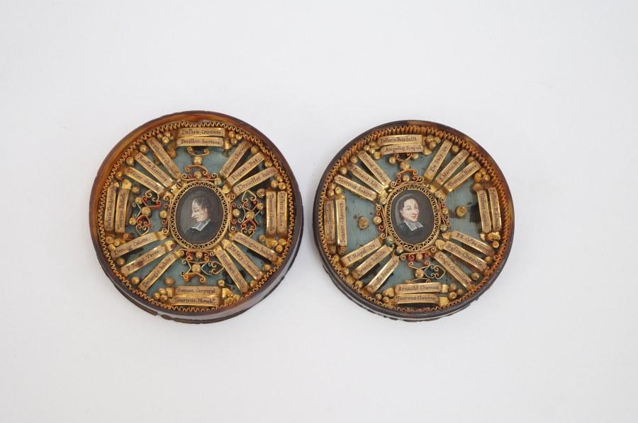 Double reliquaire. La boîte en écaille de tortue, dévoilant deux miniatures sur papier dans un entourage de reliques. XVIIIe siècle. Diam. : 7 cm.