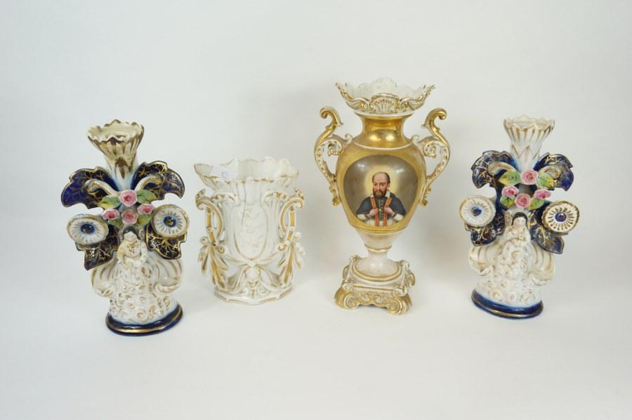 Quatre vases dépareillés en porcelaine de Paris. XIXe siècle. Accidents et restaurations.