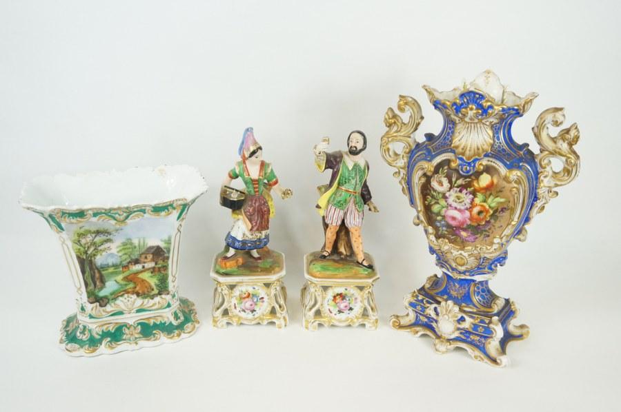 Deux vases en porcelaine de Paris polychrome. Paire de statuettes formant un couple en porcelaine de Paris polychrome. XIXe siècle. Accident à la main de l'homme, cheveux aux vases. H. : 27 cm (personnage avec base).