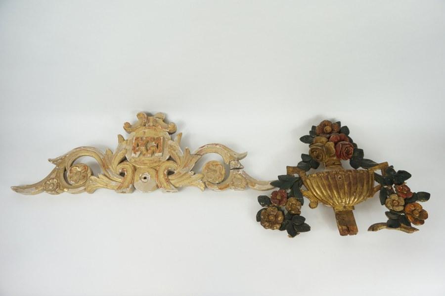 Lot de deux bois sculpté polychromés dorés, l'un de rinceaux l'autre d'un vase fleuri. XVIIIe siècle. 21 x 60 et 28 x 40 cm. Accidents à la peinture.