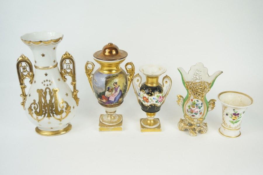 Lot de cinq vase en porcelaine de Paris polychrome dépareillés. XIXe siècle. H. : 26 cm (le plus grand). Accidents et restaurations.