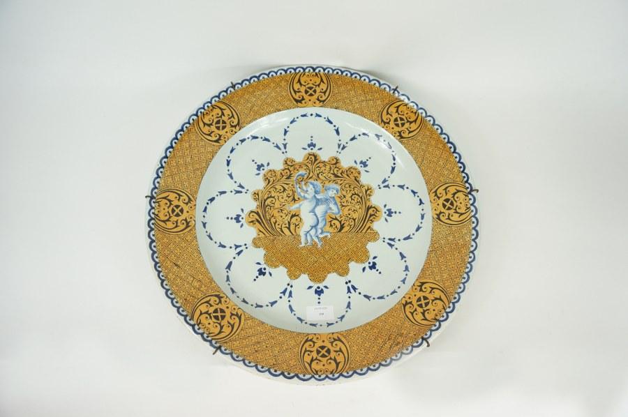 Plat en faïence de Rouen moderne à décor de Florentine. Diam. : 46 cm.