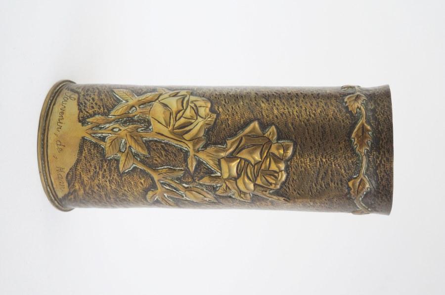 Vase en laiton travaillé à décor floral. Travail des tranchées. Début du XXe siècle.