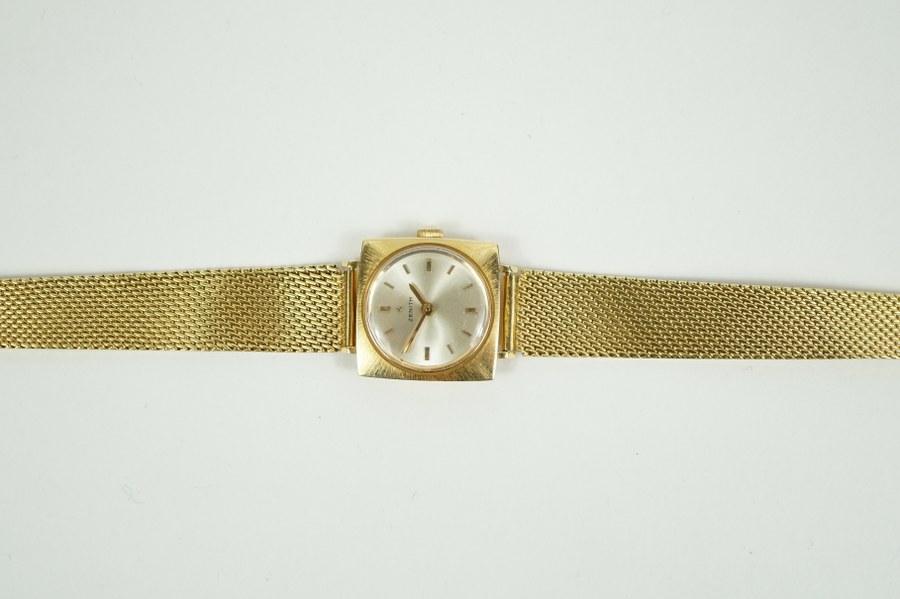 Zenith. Montre de dame en or jaune (750°°°). Le cadran émaillé nacré sertie décor en son sommet d'une étoile. Bracelet à mailles articulées en or jaune (750°°°). En état de fonctionnement. Poids brut : 32,4 gr.