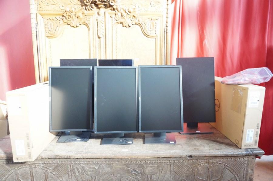 Lot d'informatique composé de 14 moniteurs écran plat DELL, 1 moniteur écran LCD Monitor ACER, 4 unités centrales ANTEC avec disque dur interne MODISC LG, 4 unités centrales ANTEC avec carte-mère GAMING G SERIES, 1 clavier CHERRY, 6 claviers LOGITEC, Câblage divers. En l'état.
