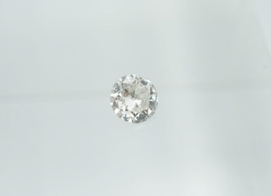 Un diamant taille environ 0,7 carats et deux diamants taille baguette