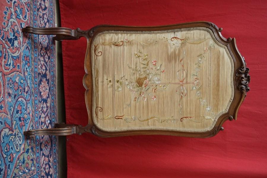 Écran de cheminée en noyer naturel sculpté et soie brodée de style Rocaille. 110 cm.