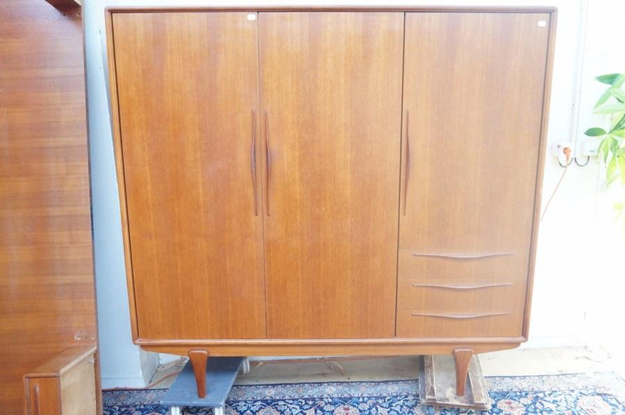 Ensemble de mobilier de chambre dans le gout scandinave. Armoire 3 portes, 3 tiroirs et encadrement de lit. Frais judiciaires réduits à 14,28 % TTC.