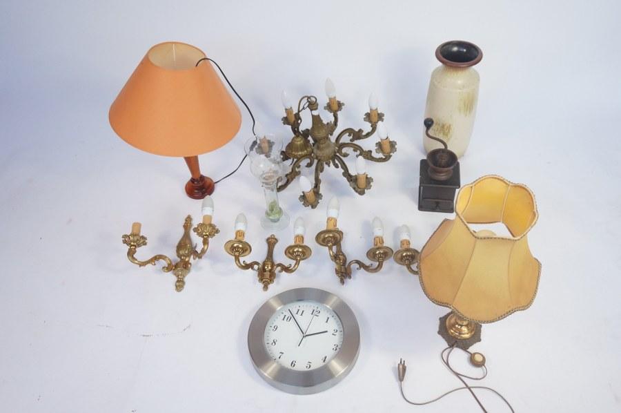 Lustres, vases, appliques, moulin à café, lampes. Frais judiciaires réduits à 14,28 % TTC.