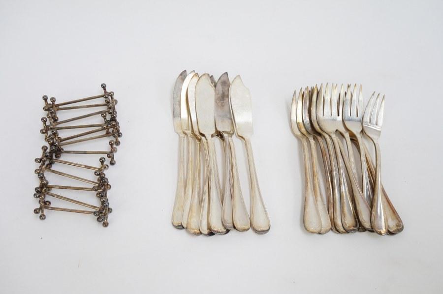 Lots de douze couverts à poisson en métal argenté modèle filet et douze porte-couteaux en métal argenté. XXe siècle.