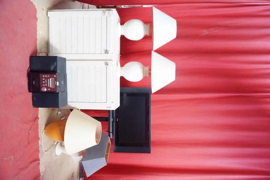 4 lampes, écran plat, chaine hifi, meuble de cuisine blanc. Frais judiciaires réduits à 14,28 % TTC.