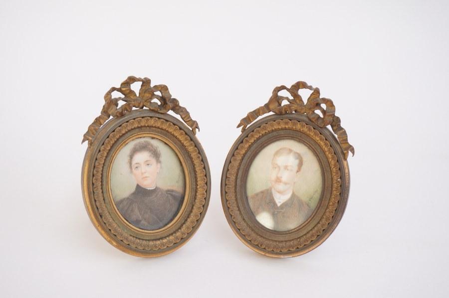 Paire de miniatures. Portrait d' homme et de femme dans des jolis cadres photo en bronze doré.