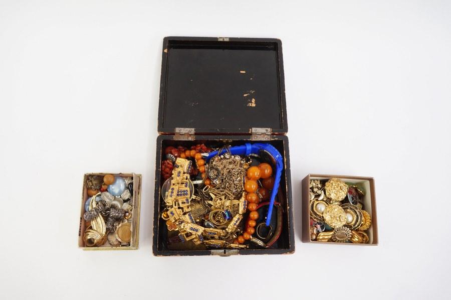 Lot de bijoux fantaisie dont clips, colliers, montres, colliers...