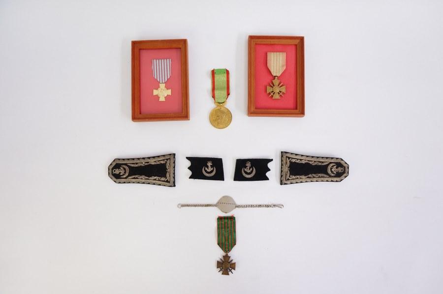 Lot de souvenirs militaire : épaulettes, médailles....