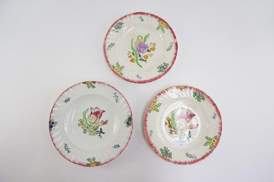 Lot de trois assiettes à faïence de LONGWY à décor de barbes sur le marly et de fleurs. Marqués LONGWY MARSEILLES au dos. Fin du XIXe - Début du XXe siècle. Accidents.