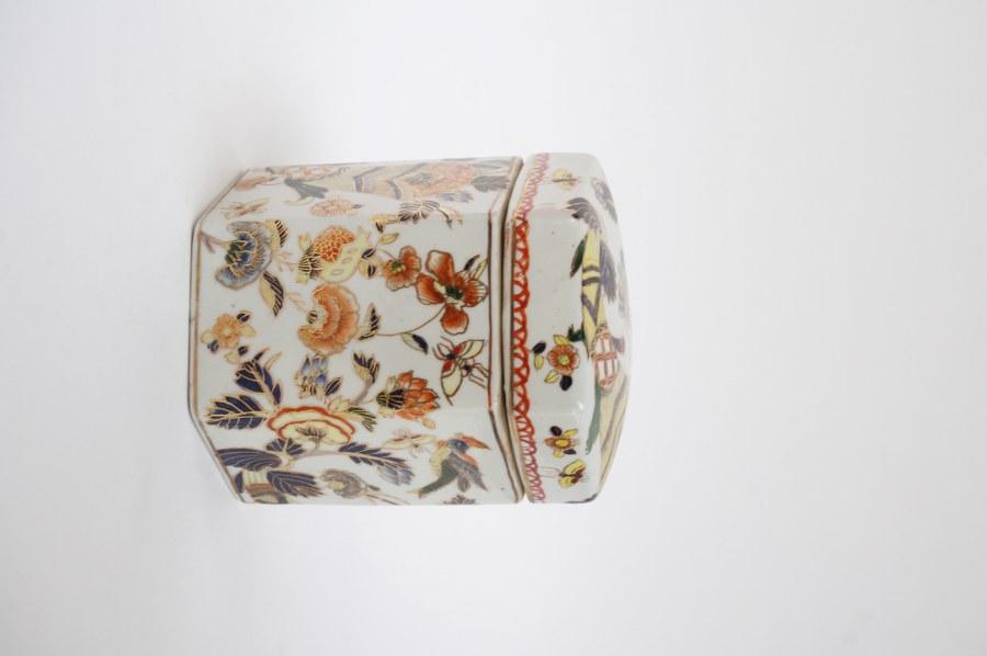 Pot couvert en porcelaine asiatique à décor floral. XXe siècle.