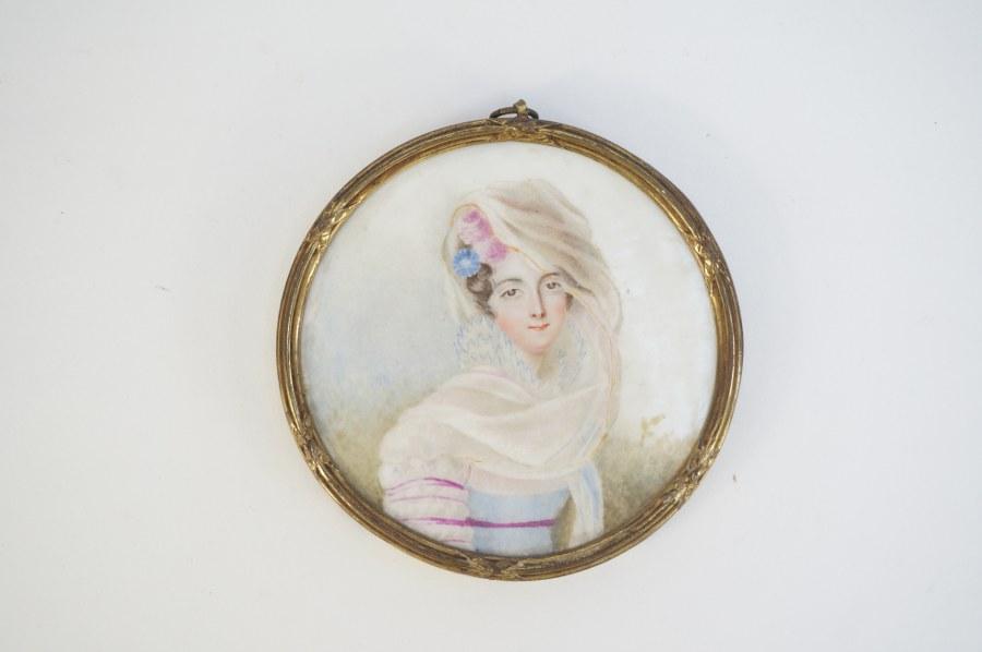 Miniature. Portrait de femme peinte sur porcelaine. Vers 1840. Monture en laiton.