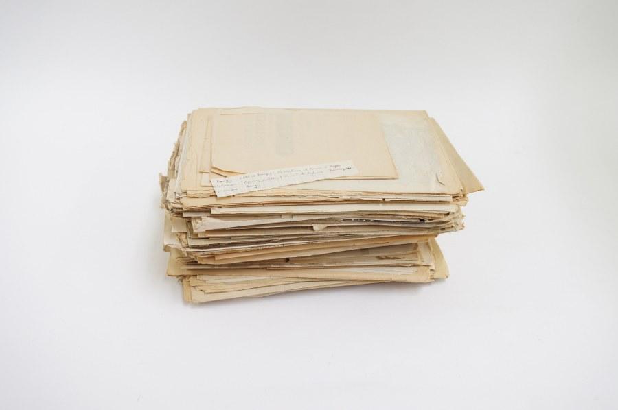 Fort lot d'environ 150 papiers et poncifs pour projets de menuiserie, marqueterie et décoration. Fin du XIXe début - Début du XXe siècle. Accidents.