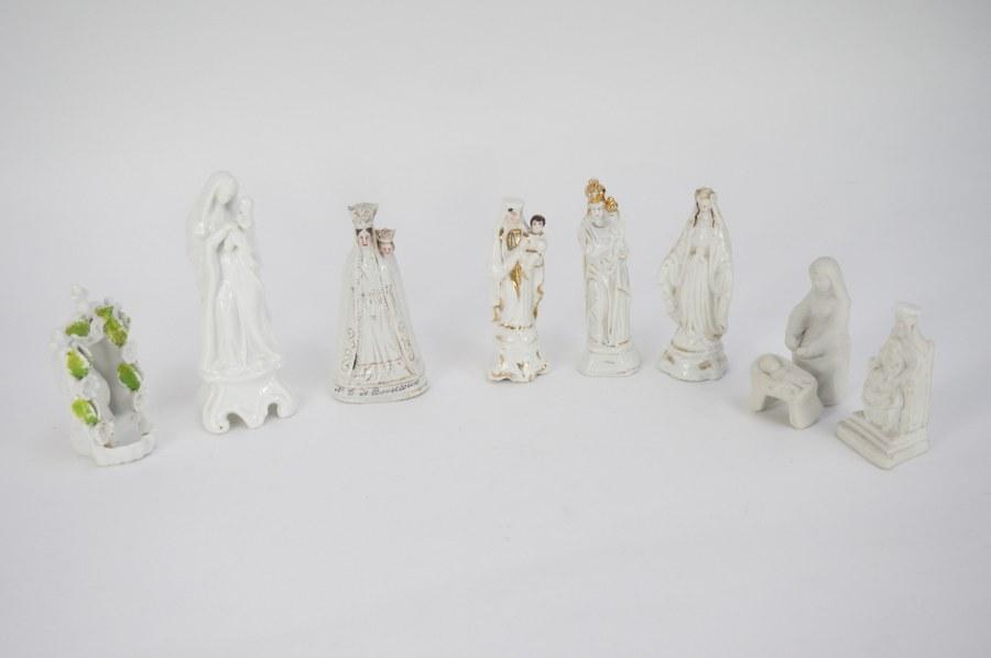 Lot de 6 petites Vierges en porcelaine dans le goût de Paris. ON Y JOINT trois figurines mariales en biscuit. Fin du XIXe - Début du XXe siècle.