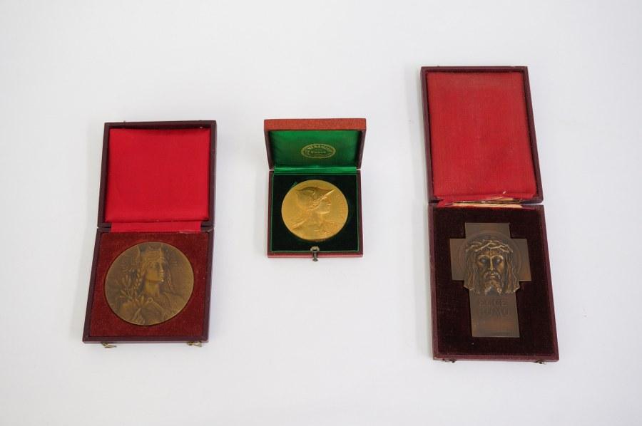 Lot de 3 médailles de table en bronze.