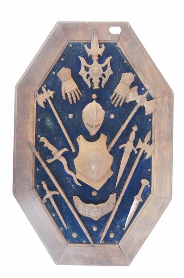 Panneau tendu de textile avec éléments d'armure miniatures en métal. Oxydation.