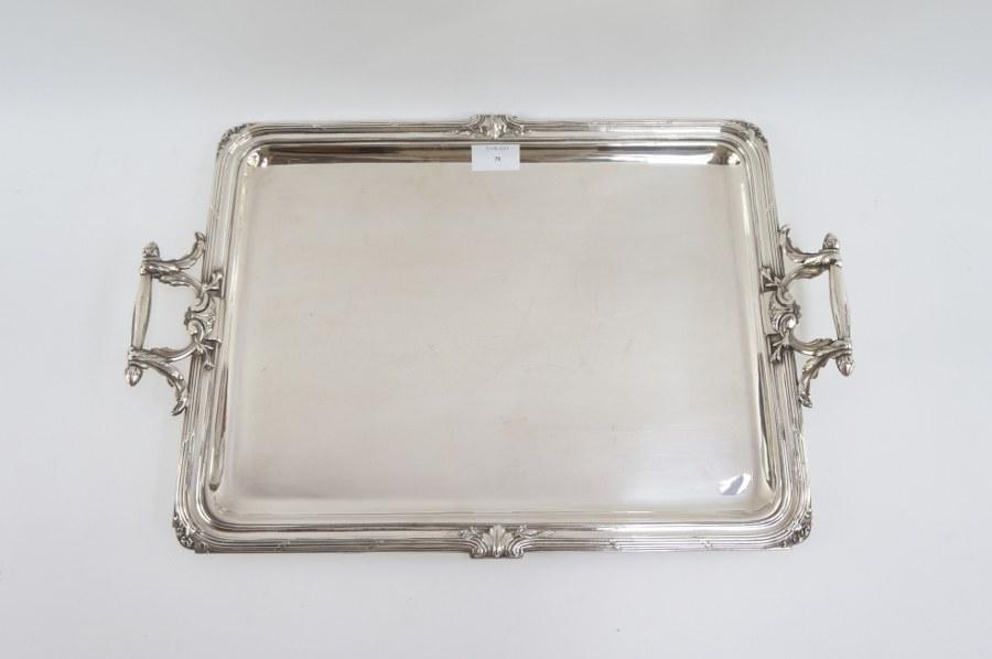 Plateau rectangulaire en métal argenté à beau décor de joncs enrubannés et enroulements Néoclassiques. XIXe siècle. Poids : 2428 gr.