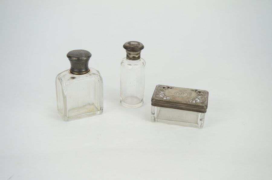 Trois flacons de toilette en verre soufflé-moulé et métal argenté chiffrés F.S. Début du XXe siècle. Usures et désargenture.