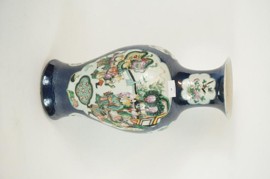 Vase en porcelaine polychrome à fond bleu poudré. Chine, début du XXème siècle. Marque apocryphe Kangxi à la base. H.: 45 cm