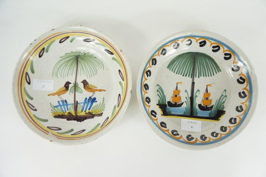 Lot comprenant deux assiettes en faïence de Quimper. Première moitié du XIXe siècle.