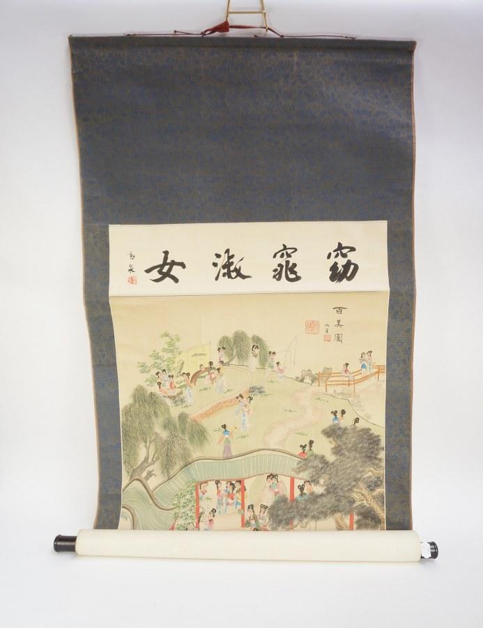 Rouleau décoratif chinois à décor de scènes de cours dans des jardins. XXe siècle. Environ 71 x 181 cm. Pliures et rares rousseurs.