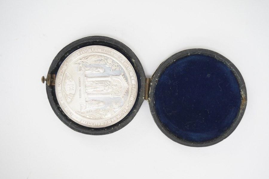 C. ANGER et L. MERLEY d'après Arthur MARTIN (XIXe-XXe). Une médaille commémorative de confirmation de Camille VIGUIER en bronze argenté. Datée 1863. Dans son étui en cuir et velours d'origine. Diam. : 5 cm. Accident à la charnière de l'étui.