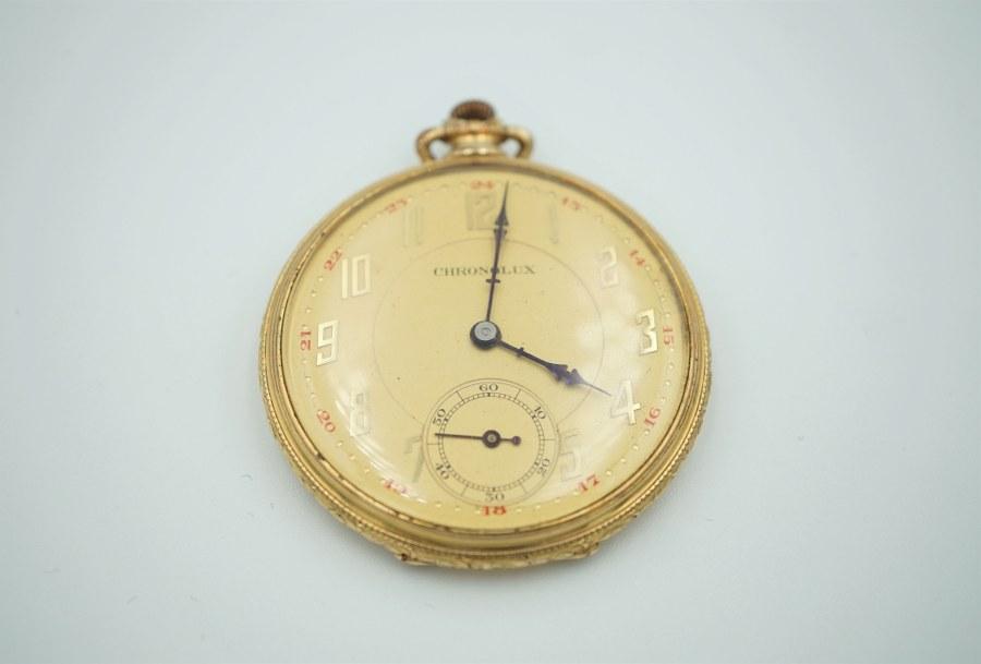 Montre chronomètre en or jaune (750°°°). Le cadran figurant les heures et minutes en chiffres arabes. Chronomètre à 6h. Poids brut : 53, 5 gr.