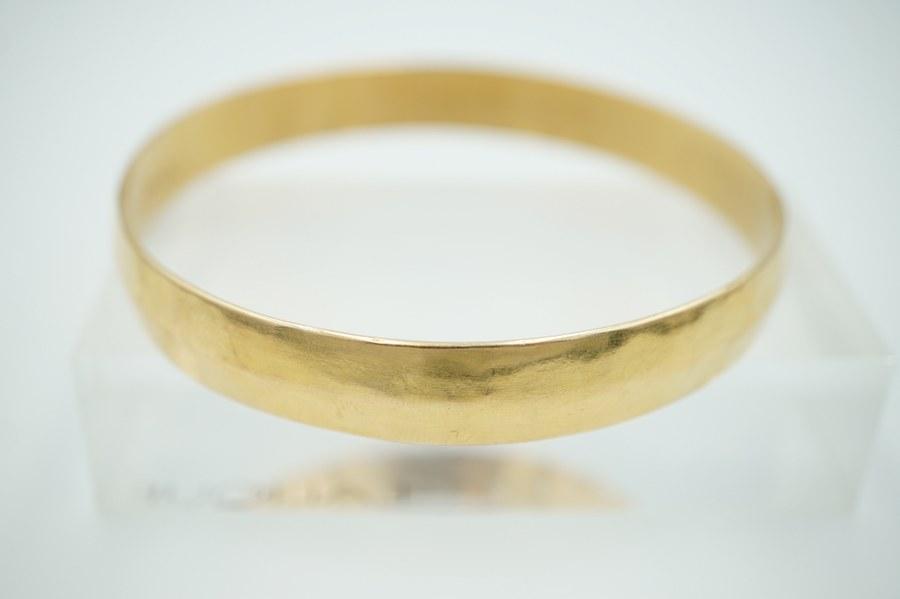 Bracelet en or jaune rigide (750°°°). Poids : 17 gr.