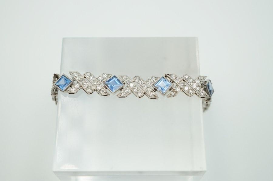 Bracelet en or blanc à mailles articulées, serti de saphirs et brillants à décor d'un pavement géométrique. Manque une pierre. On y joint cinq diamants dessertis. Poids brut : 12, 8 gr.