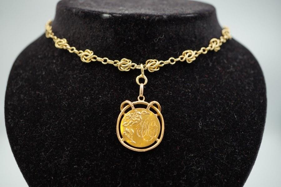 Chaîne à maille byzantines et pendentif en médaille représentant une figure casquée en or jaune (750°°°), partie du fermoir en métal doré. Poids brut : 23,7 gr.