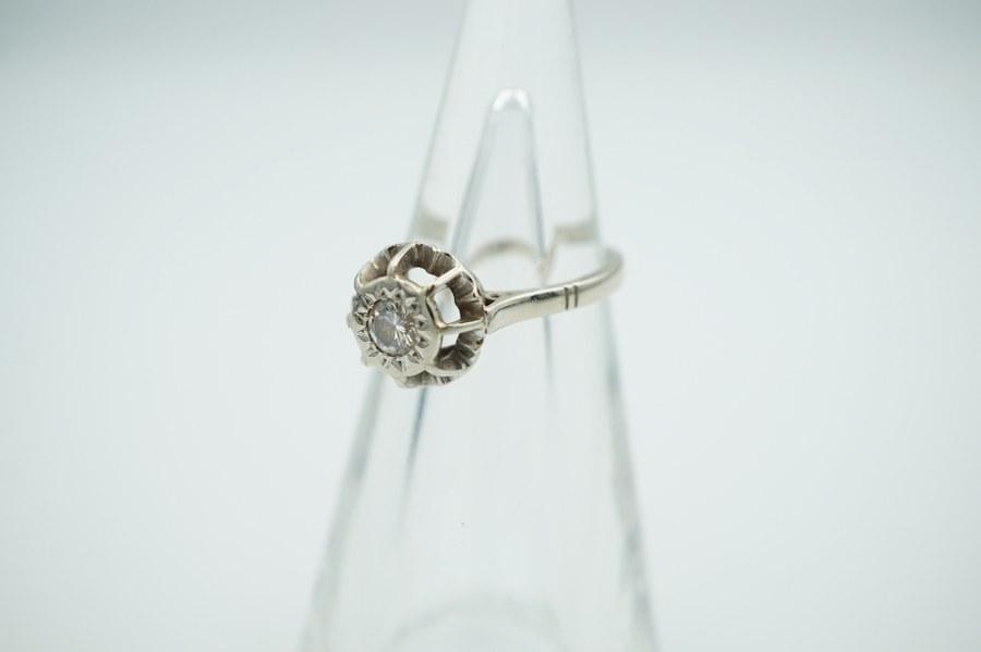 Bague en or blanc (750°°°).  Sertie d'un diamant de 0.20 carat.
