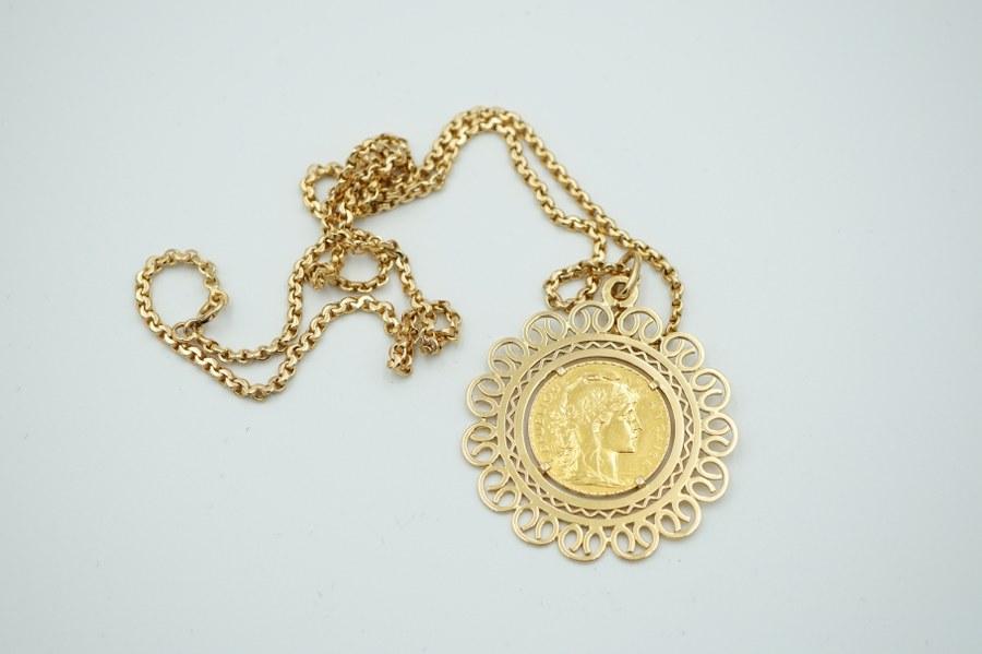 Pièce de 20 francs en or jaune (750°°°) montée en pendentif avec sa chaîne. Poids : 30,1 gr.