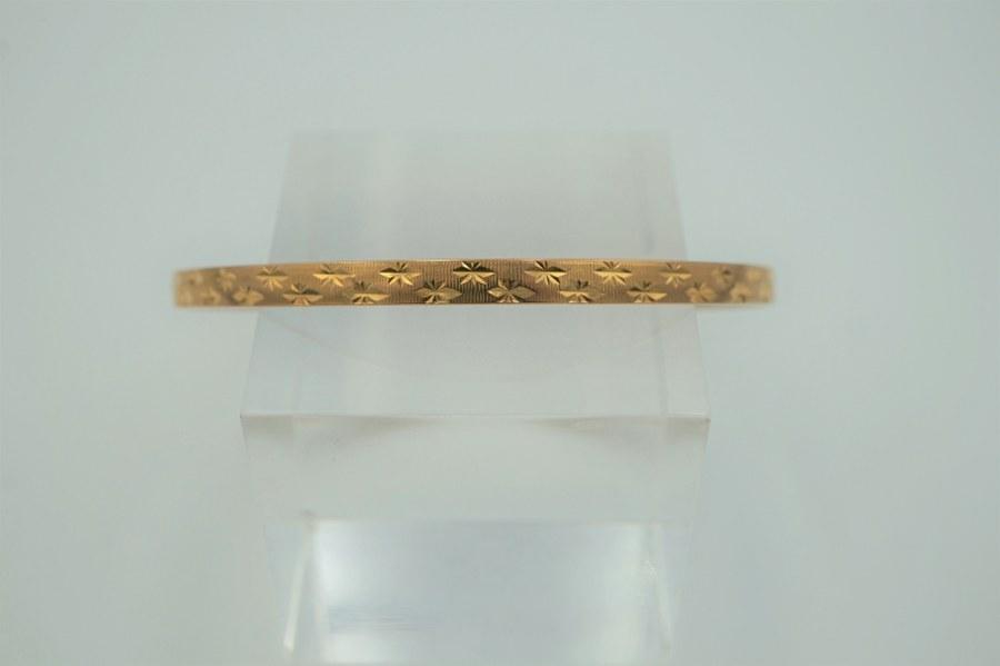 Bracelet en or jaune iranien à décor tapissant de croix. Poids : 9,7 gr.