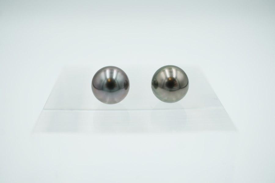 Paire de boutons d'oreilles en or blanc (750°°°).  Ornée de deux perles de culture de Tahiti de 8,5 mm. Poids brut  : 2,45 gr.