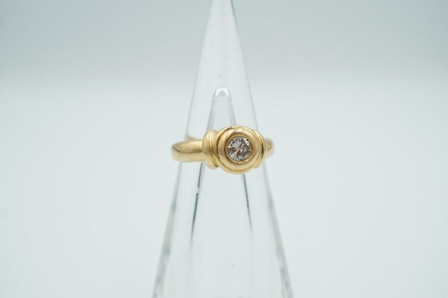 Bague sertie d'un diamant solitaire taille moderne d'environ 0,25 crts. serti en or jaune (750°°°). Poids brut : 6,20 gr.